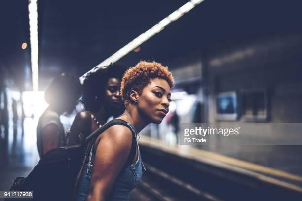 amigos à espera do trem na estação - antecipação - fotografias e filmes do acervo
