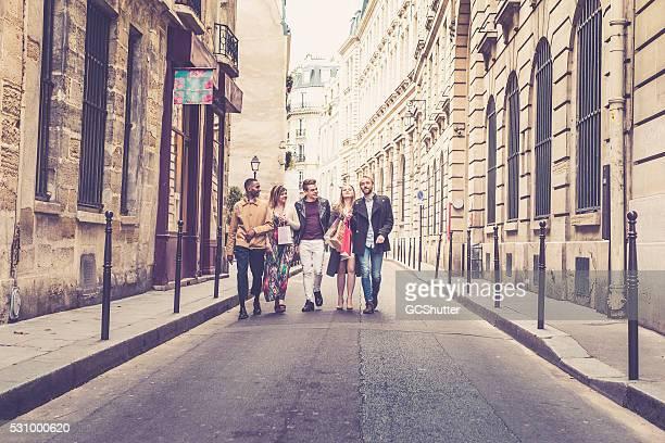 Amis marchant le long des rues de Paris