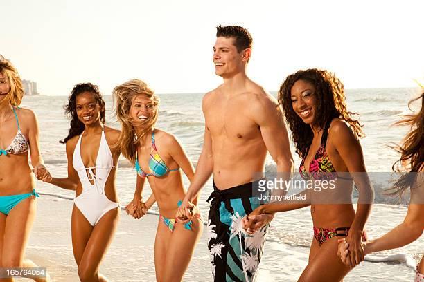 Amis de marche et rire sur la plage