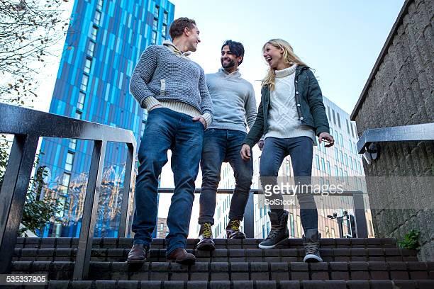 Freunde gehen auf Treppen