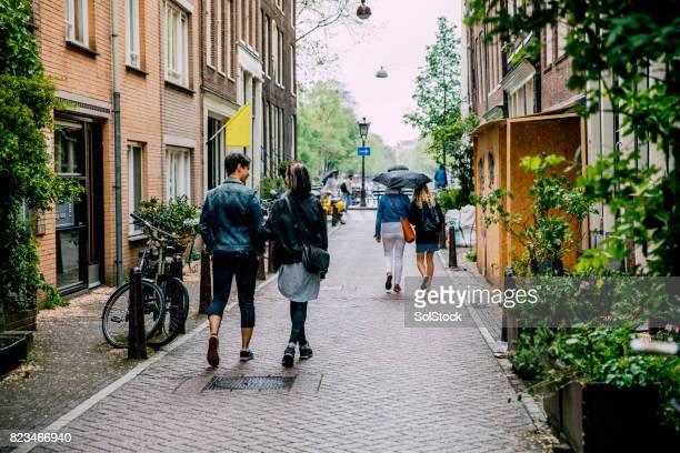 Vänner vandrar i Amsterdam