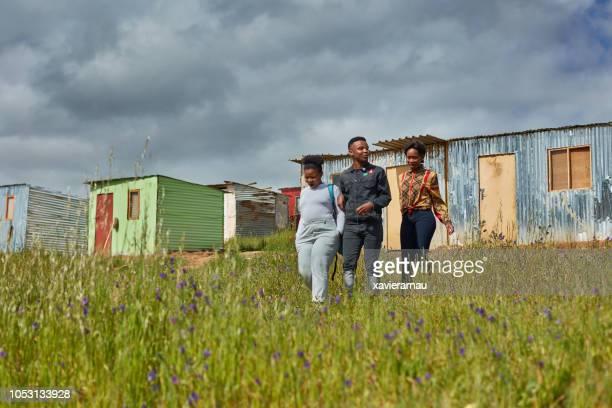 amigos, andando no campo em cidades da áfrica - pobreza questão social - fotografias e filmes do acervo