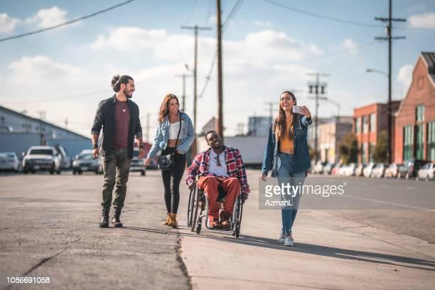 amici che camminano per strada di los angeles e si fanno un selfie. - disabilitycollection foto e immagini stock