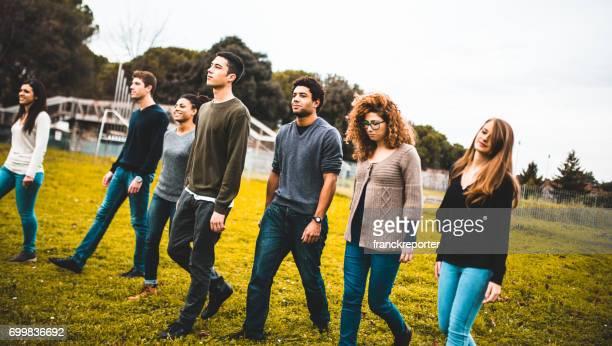 Freunde, die zusammen in einem Park spazieren