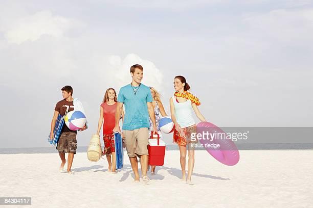 friends walking with beach essentials - 花輪 ストックフォトと画像