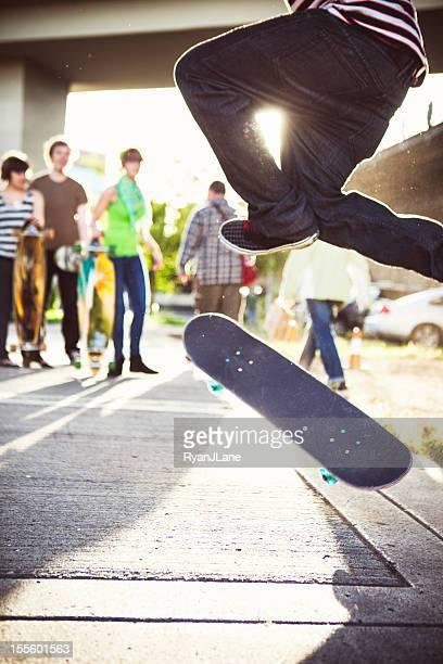 Freunde bei Skateboard-Tricks