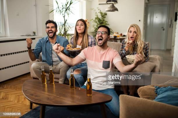 Amis de regarder le sport à la télévision.