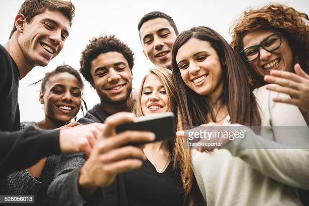 Amici, guardare i selfie effettuata al telefono