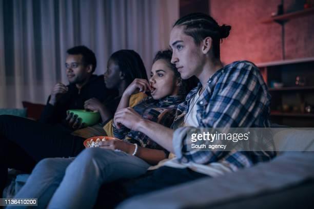 vrienden tv kijken - vrije tijd stockfoto's en -beelden