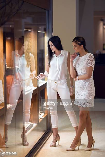 friends window shopping - jewelry store stock pictures, royalty-free photos & images