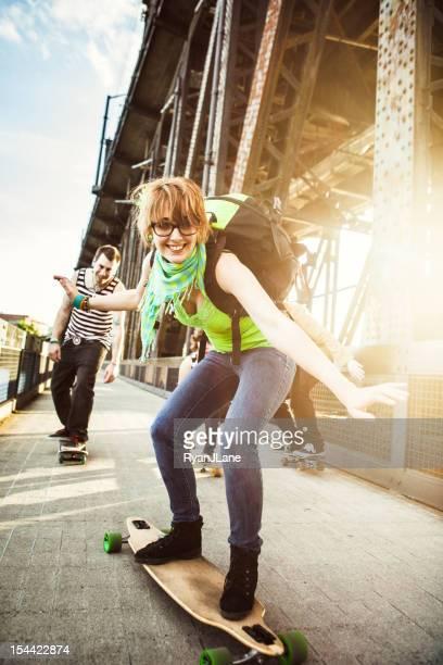 Amigos divirtiéndose con monopatines