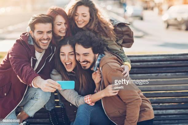 Freunde mit Smartphone