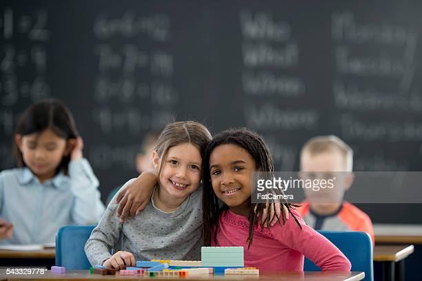 Amis travaillant ensemble de classe