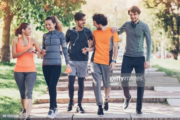 vriendschap en opleiding - vijf personen stockfoto's en -beelden