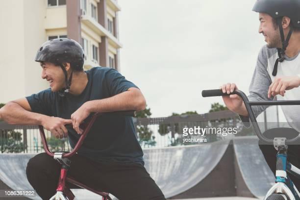 日本のアスリートのスポーツ自転車の友情 - 自転車競技 ストックフォトと画像