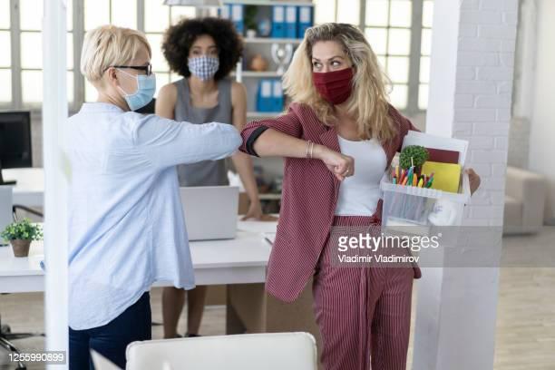accueil de sécurité d'amitié entre le gestionnaire et l'employé après le licenciement en raison de la pandémie de coronavirus - éviter de se serrer la main photos et images de collection