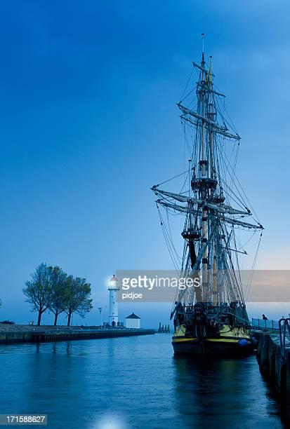 frigate aus dem 18. jahrhundert vertäut im hafen im morgengrauen - vertäut stock-fotos und bilder