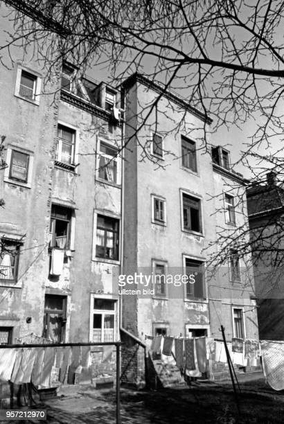Frisch gewaschene Wäsche hängt auf dem Hof eines verfallenen Wohnhauses in der Mohnstraße in Dresden Neustadt aufgenommen im März 1990 Die...