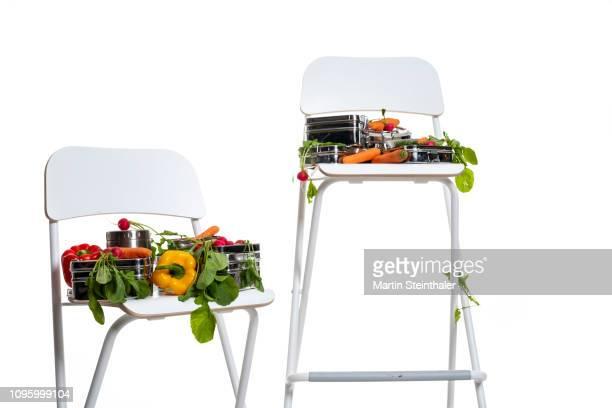 Frisches Gemüse mit Dosen auf Stuhl - gesunde Pause