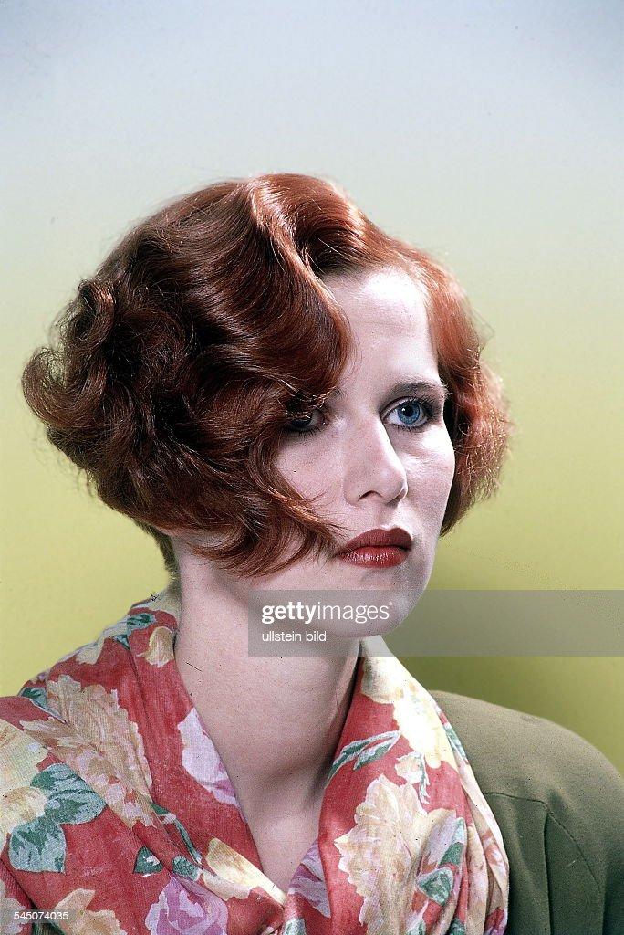 Frisur Im Stil Der 30er Jahre Mit Starkgewelltem Haar 1989 News