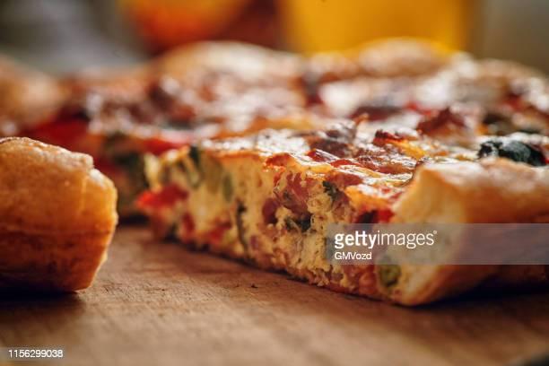 frittata con paprika, cipollotti, piselli, spinaci e parmigiano - cipollina foto e immagini stock