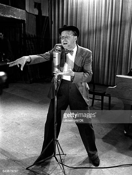 Fritz Bruno Comedian Actor Germany*0403190 reported keen about a ice hockey game in a radio broadcast Photographer Curt Ullmann Published by 'Hier...