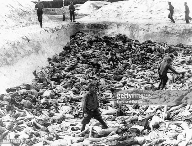 Fritz Klein , médecin nazi arrêté et exécuté en 1945 après le 'procès des médecins' à Nuremberg, ici au milieu de cadavres de déportés dans le camp...