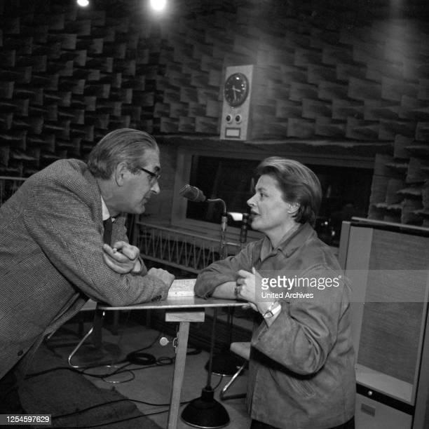 Fritz Schröder Jahn und Gisela von Collande bei einer Besprechung im Studio, Hamburg 1956.