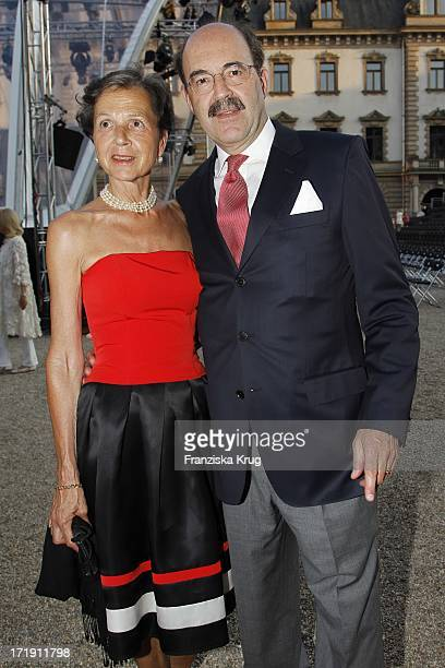 Fritz Von Thurn Und Taxis Mit Ehefrau Bea Bei Der Eröffnung Der Thurn Und Taxis Schlossfestspiele Auf Schloss Emmeram Mit Der 'Aida' Inszenierung In...