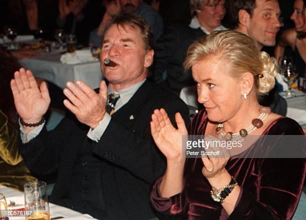 """Fritz Wepper, Alexandra Jahr, """"Royal;Fishing Club""""-Party, Hamburg, """"Gut;Basthorst"""", Dinner, Hände klatschen,"""