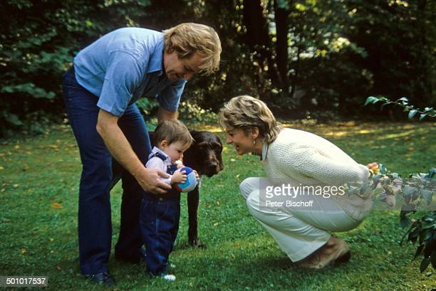 Fritz Wepper Angela Wepper Tochter Sophie Wepper Homestory München Bayern Deutschland Garten Hund Baby Kleid laufen an der Hand Kleinkind...