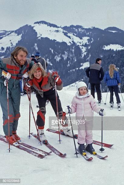 Fritz Wepper Angela Wepper Tochter Sophie Wepper Winterurlaub in Tirol Söll Österreich Schnee Berg Winteranzug Skianzug Skier Mütze Handschuhe Adel...