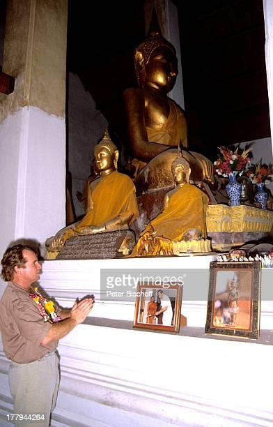 Fritz Wepper Besichtigung Tempel Watarun Bangkok Thailand Asien Buddha Beten Urlaub Schauspieler