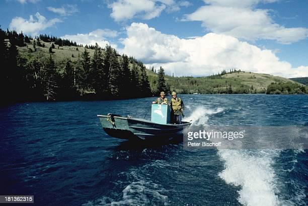 Fritz Wepper , Bruder Elmar, Kanada, Amerika, , Angelausflug, Fluss, Angel, Boot, Motorboot, fahren, angeln, Anglerhut, Schauspieler,