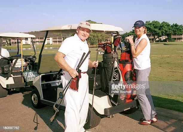 Fritz Wepper Ehefrau Angela Golfmobil Auto Golf Golfplatz Wiese Rasen Natur Urlaub Entspannung PGA Golfclub Palm Beach Garden Florida USA PNr...