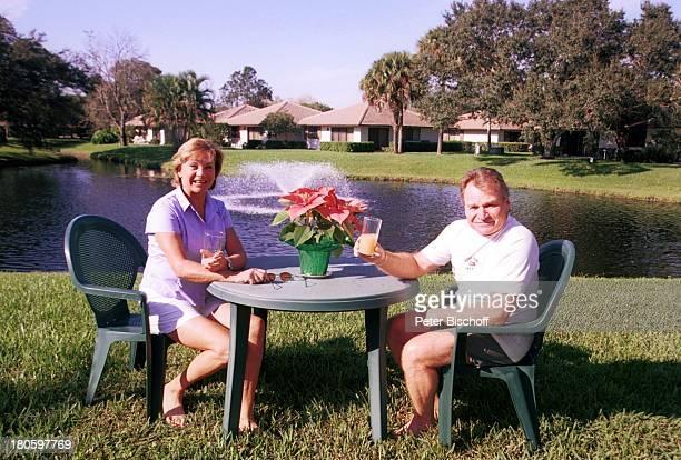 Fritz Wepper, Ehefrau Angela, Pause, Tisch, Blume, Getränk, Golf, Golfplatz, Wiese, Rasen, Natur, Urlaub, PGA Golfclub, Palm Beach Garden, Florida,...