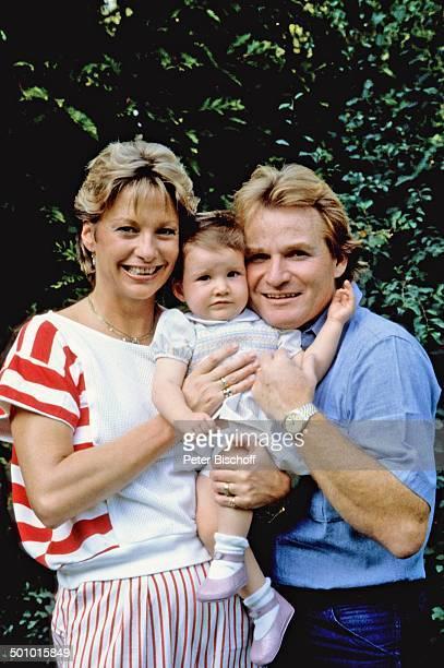 Fritz Wepper Ehefrau Angela Wepper Tochter Sophie Wepper Homestory München Bayern Deutschland Familienfoto Garten Baby Kleinkind Kleid in den Arm...