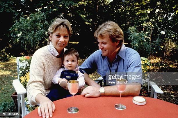 Fritz Wepper Ehefrau Angela Wepper Tochter Sophie Wepper Homestory München Bayern Deutschland Tisch sitzen Garten Glas Getränk Baby Kleinkind...