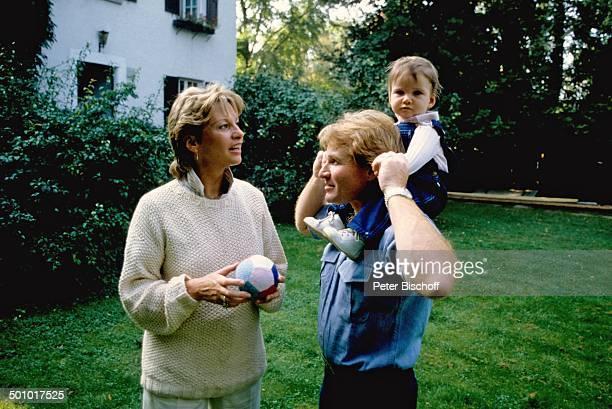 Fritz Wepper Ehefrau Angela Wepper Tochter Sophie Wepper Homestory München Bayern Deutschland Garten Baby Ball auf den Schultern sitzen Kleinkind...