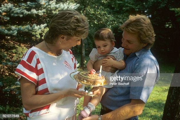 Fritz Wepper Ehefrau Angela Wepper Tochter Sophie Wepper Homestory München Bayern Deutschland Garten Baby Kleid Kleinkind Geburtstag Geburtstagstorte...