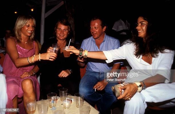 Fritz Wepper Freundin Prinzessin Angela von Hohenzollern Freunde Urlaub auf Barbados Barbados Karibik Glas anstoßen Feier Fest Schauspieler Adel