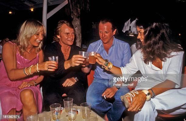 Fritz Wepper Freundin Prinzessin Angela von Hohenzollern Freunde Urlaub auf Barbados Barbados Karibik Glas anstoßen Feier Fest Schauspieler Adel DB/TP