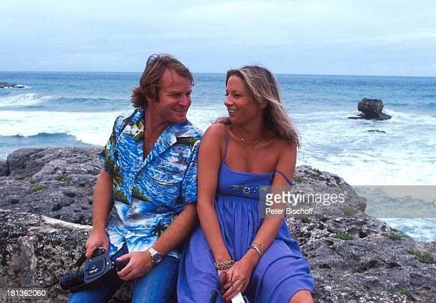Fritz Wepper Freundin Prinzessin Angela von Hohenzollern Urlaub auf Barbados Barbados Karibik HawaiiHemd Halskette Kamera Küste Meer Brandung...