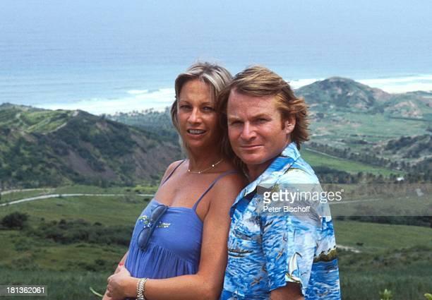 Fritz Wepper Freundin Prinzessin Angela von Hohenzollern Urlaub auf Barbados Barbados Karibik HawaiiHemd Halskette Berge Schauspieler Adel