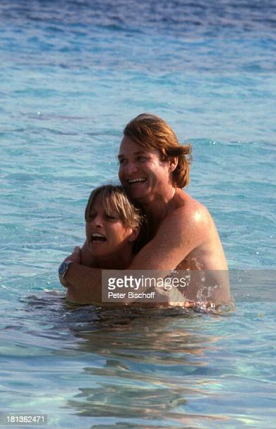 Fritz Wepper Freundin Prinzessin Angela von Hohenzollern Urlaub auf Barbados Barbados Karibik umarmen Schauspieler Adel