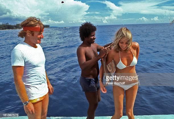 Fritz Wepper Freundin Prinzessin Angela von Hohenzollern Einheimischer Urlaub auf Barbados Barbados Karibik Boot Meer Wasser Weste anlegen...