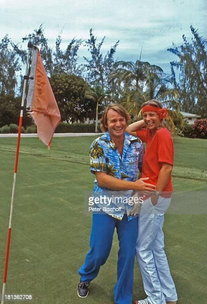 Fritz Wepper Freundin Prinzessin Angela von Hohenzollern Urlaub auf Barbados Barbados Karibik HawaiiHemd Golfplatz Loch Fahne Schauspieler Adel DB/TP
