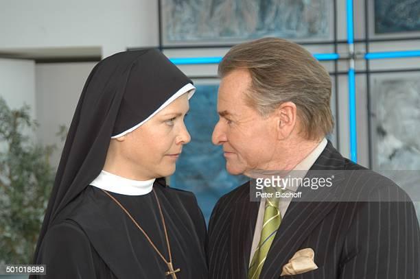 Fritz Wepper Janina Hartwig ARDSerie Um Himmels Willen 6 Staffel Landshut PNr 707/2006 Nonne Nonnen Ordensschwestern Tracht Haube goldenes Kreuz...