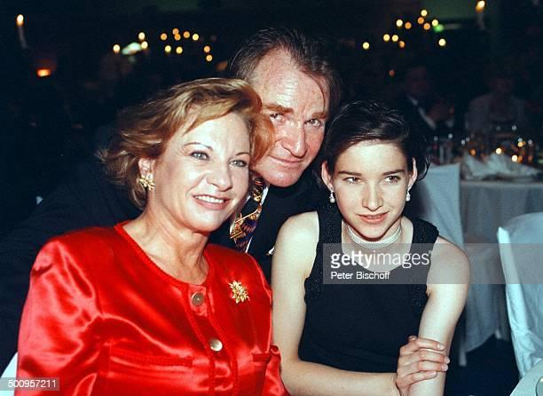 Fritz Wepper mit Tochter Sophie und Ehefrau Angela von Hohenzollern 75 Geburtstagsfeier von Horst T A P P E R T PNr 382/98 Promi Foto PBischoff