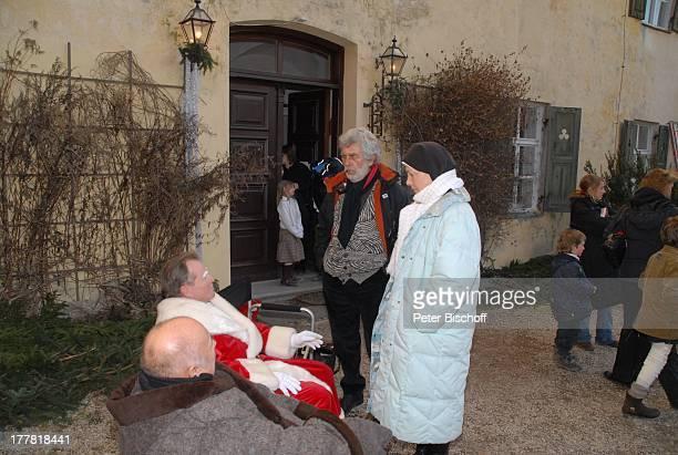 Fritz Wepper stehend Janina Hartwig Producer Siegfried B Glökler ARDSerie Um Himmels Willen Special Weihnachten in Kaltenthal 8 Staffel Schloß...